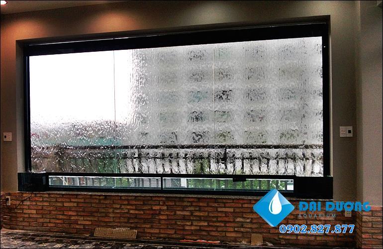 tường nước trên kính